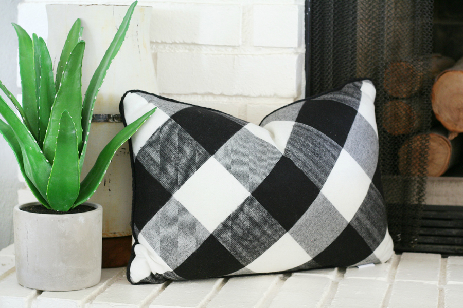 Black & White Mantel Decor 17