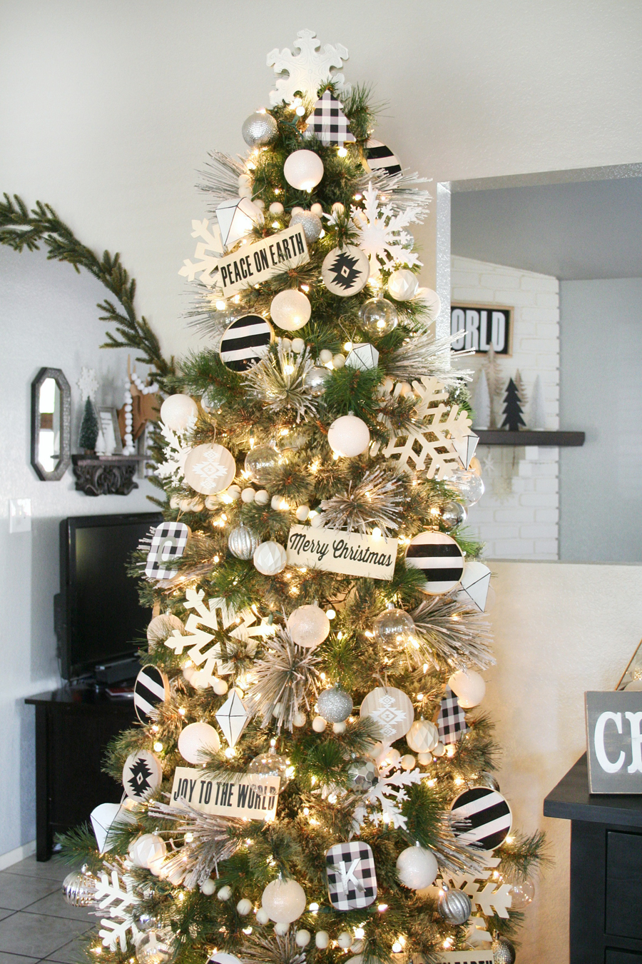 Black white christmas tree decor for Christmas tree lights decorating ideas
