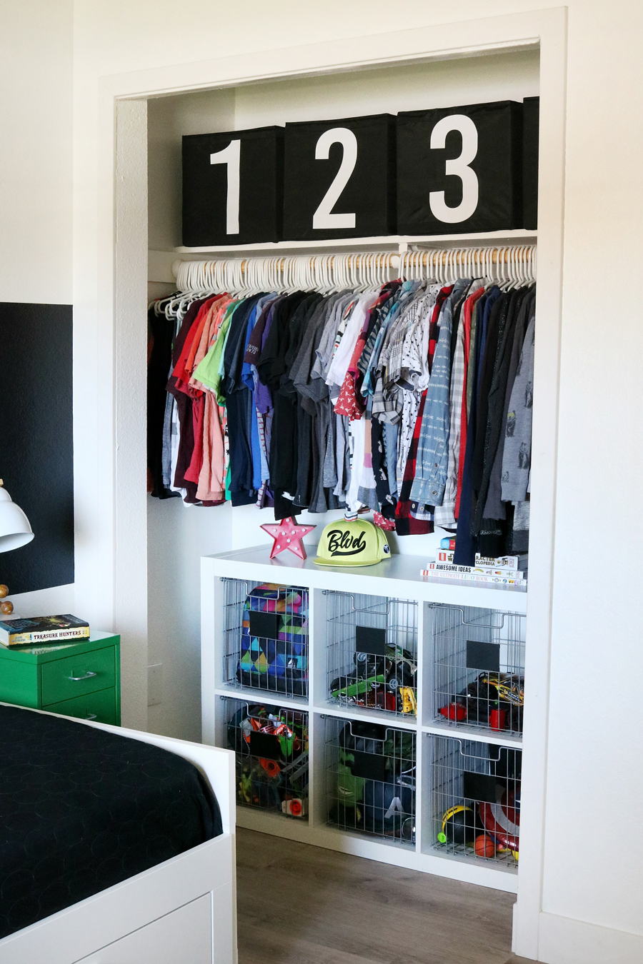 Boys room easy closet organization and decor ideas for Room decor organization