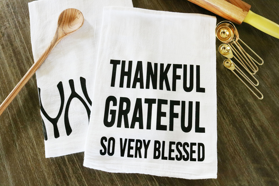 Charmant DIY Thanksgiving Tea Towels