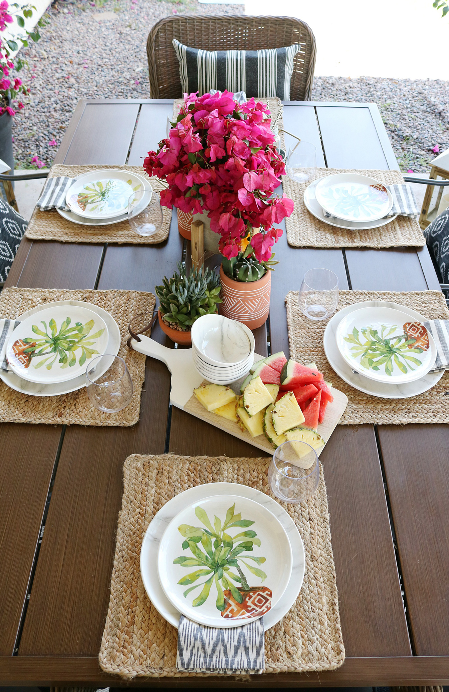 Modern farmhouse outdoor entertaining ideas.